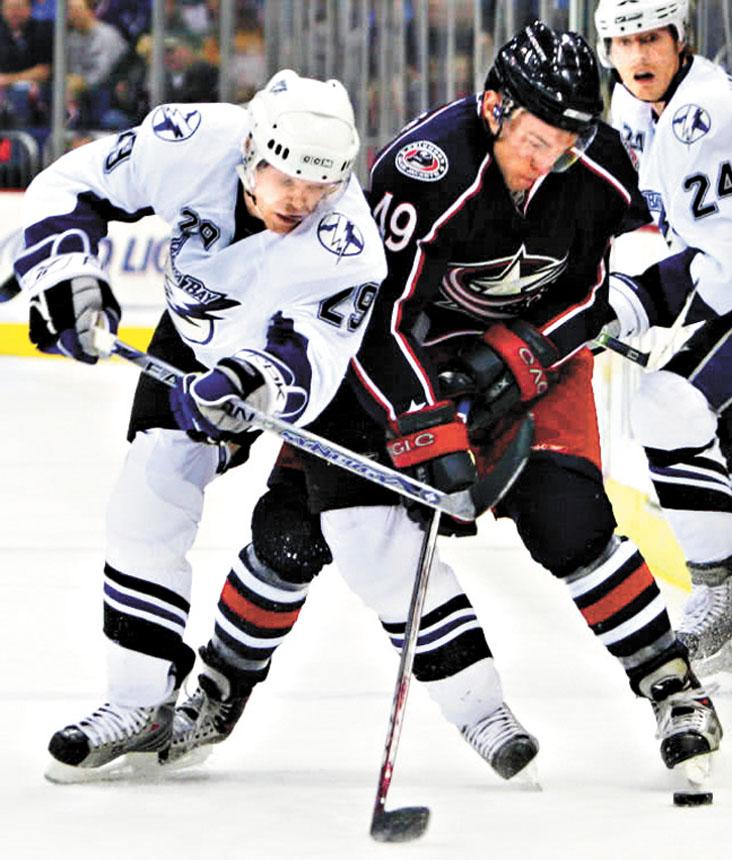 圖左為NHL賽場血腥事件的事主克雷格.麥克唐納德。網上圖片