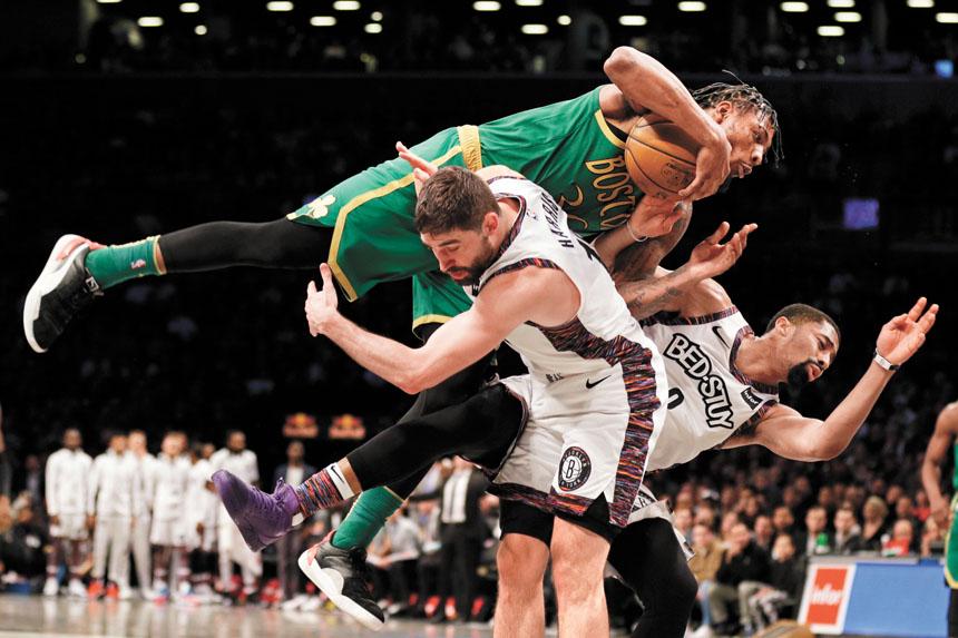 激烈爭鬥下,綠軍的斯馬特強力衝倒籃網隊球員丁偉迪(右)。美聯社