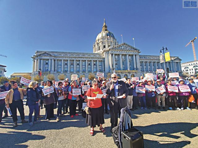 百餘位列治文區居民在市府門前集合,反對罷免李麗嫦。記者徐明月攝