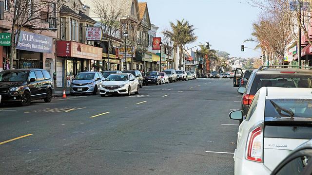 聖勃雷諾街多處咪錶停車位已經撤出,并畫上紅線,安置了全天禁停及拖車警示牌。記者黃偉江攝