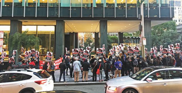 三藩市租客在Veritas公司位於One Bush Street的辦公室樓下集會,抗議其用不正當的轉付形式使租金上漲。組織者供圖