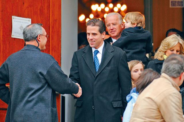 ■共和黨要求傳召前副總統拜登(後)的兒子亨特(中)出席公開聽證會。路透社