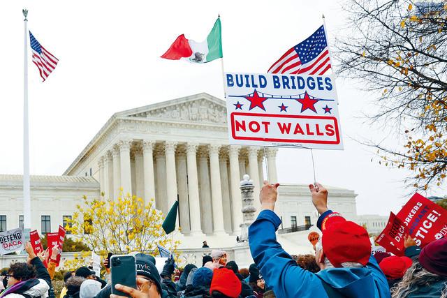 ■華盛頓最高法院開始審理DACA的法案,部分支持者在高院外集會。美聯社