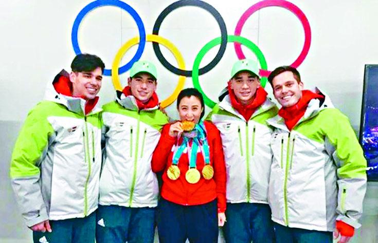 張晶(中)和她獲得奧運金牌的弟子。左一為涉辱華的運動員CsabaBurján。