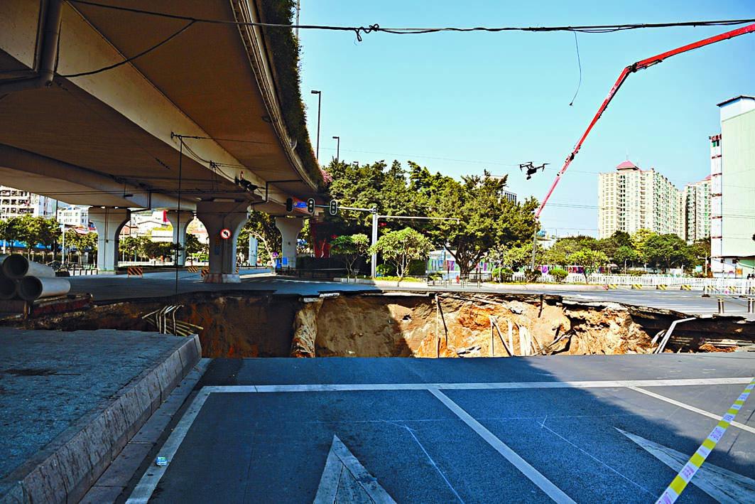 ■廣州地鐵十一號綫沙河站施工區域地面塌陷。 中新社