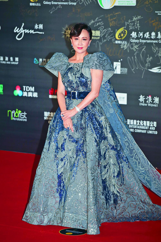 劉嘉玲昨晚擔任「最佳男主角」頒獎嘉賓,一身皇后Look配以卡地亞珠寶,雍容華貴現身紅地氈。