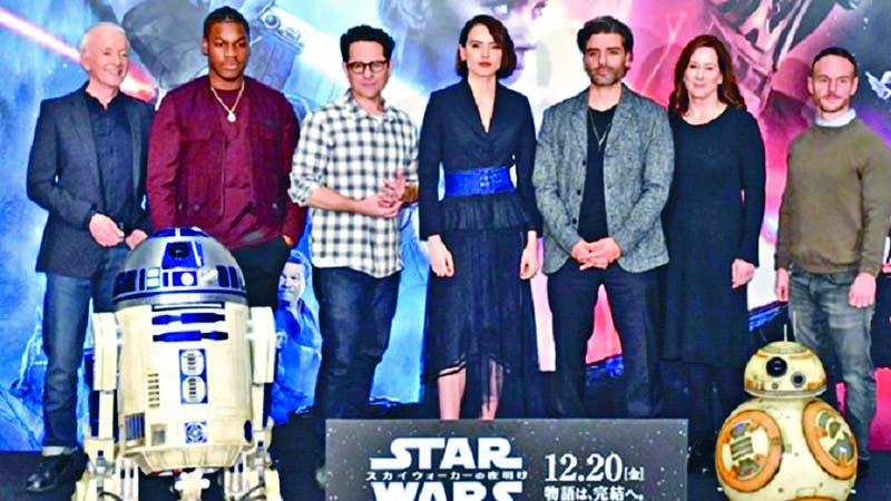 黛絲(中)、約翰保也加(左二)等前昨在東京出席《星戰9》記者會。