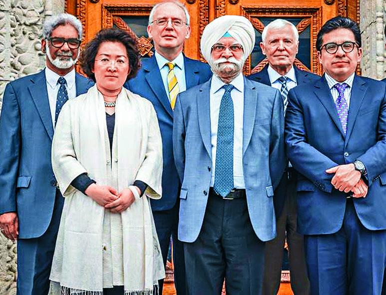 世貿組織上訴機構法官巴蒂亞(右三)和格雷厄姆(右二)周二卸任後,將只剩中國女教授趙宏(左二)一名法官。 互聯網