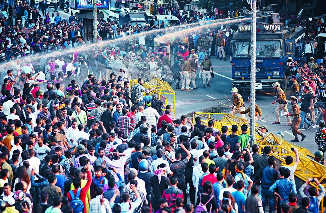 印度古瓦哈蒂市大批民眾周三上街抗議國會通過公民身分修正案,警方發射水炮驅散示威者。 路透社