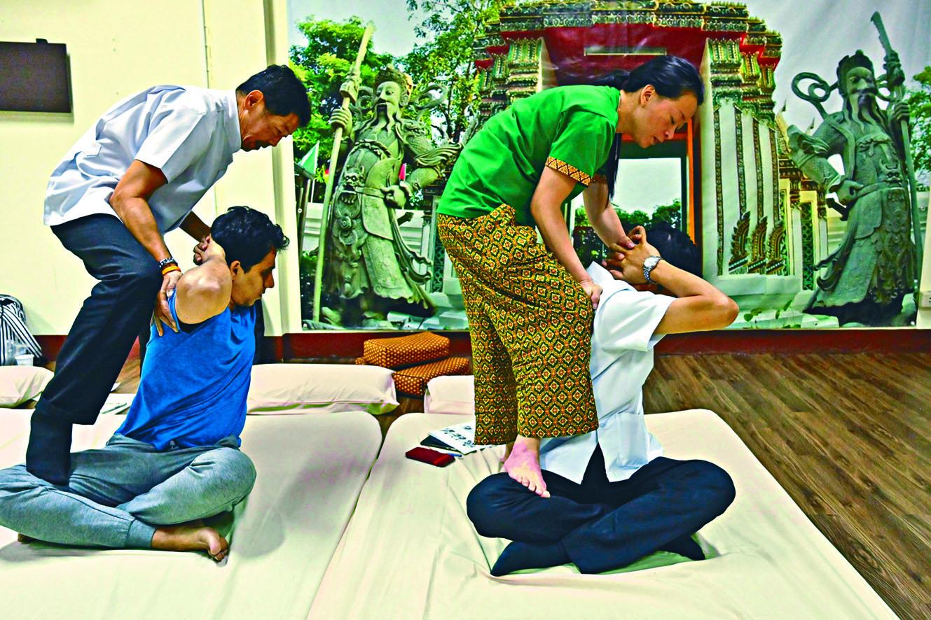 本月初有來自香港的學員(右),在卧佛寺泰式按摩學校接受訓練。 法新社