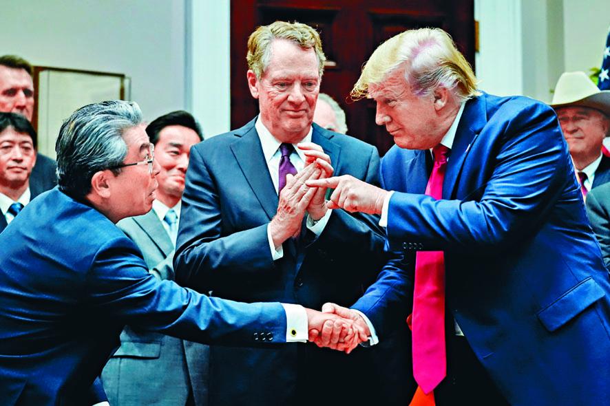美國貿易代表萊特希澤(中)和特朗普均要求世貿組織改革。 資料圖片