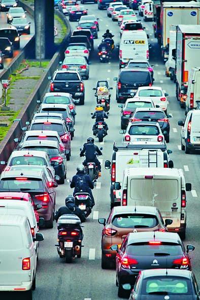 大罷工導致巴黎昨日早上繁忙時間公路出現 長長車龍。 路透社