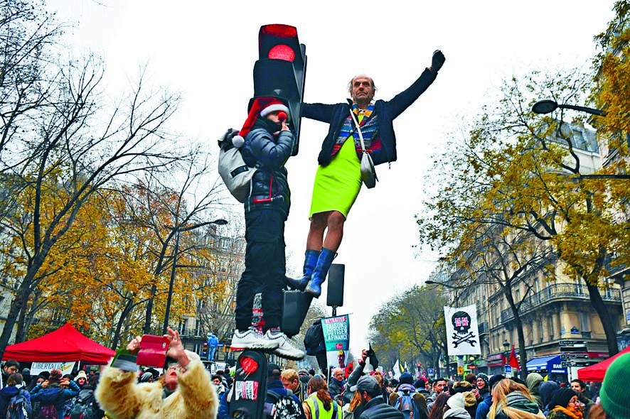 抗議退休金改革的大批民眾周四湧進巴黎民 族廣場。 法新社