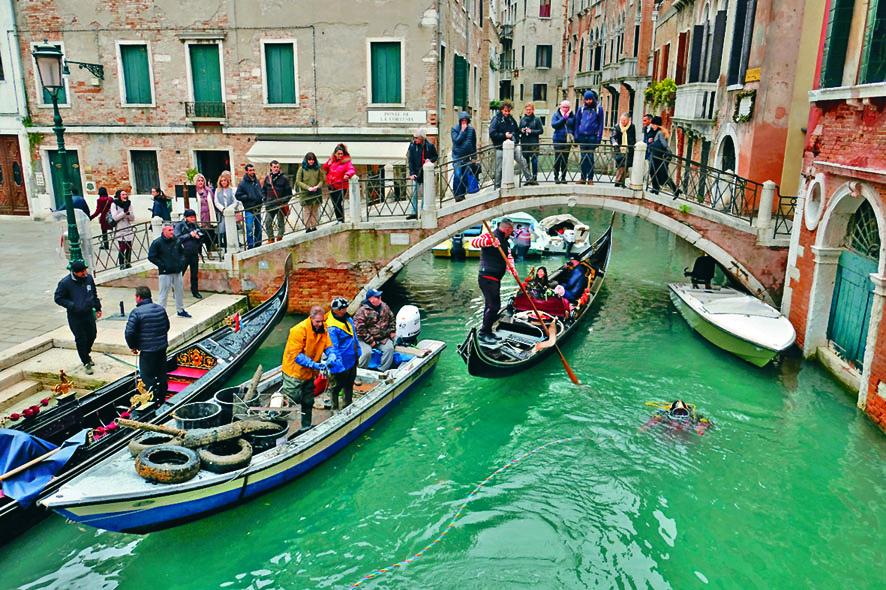 ■威尼斯貢多拉協會潛水隊周日潛入大運河清理垃圾。 路透社