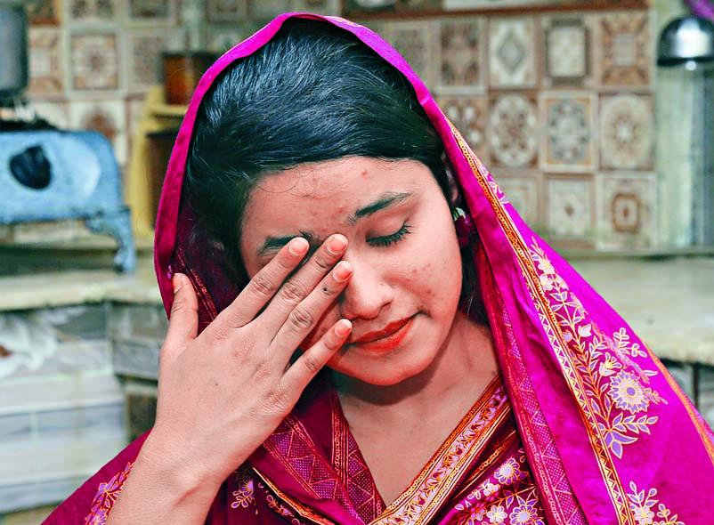 ■巴基斯坦女子利婭夸特講述她下嫁一名中國人 的經歷時傷心落淚。  美聯社