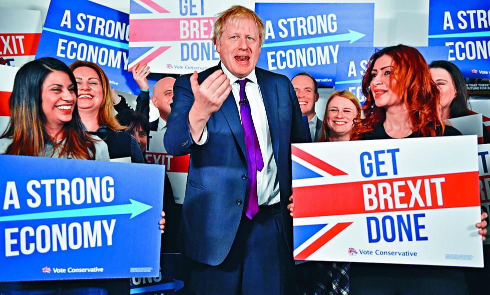 約翰遜昨日在倫敦到訪保守黨競選總部電話中心。 路透社