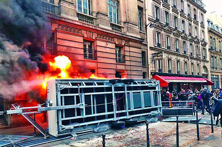 ■巴黎示威期間,一部貨車被縱火。 美聯社