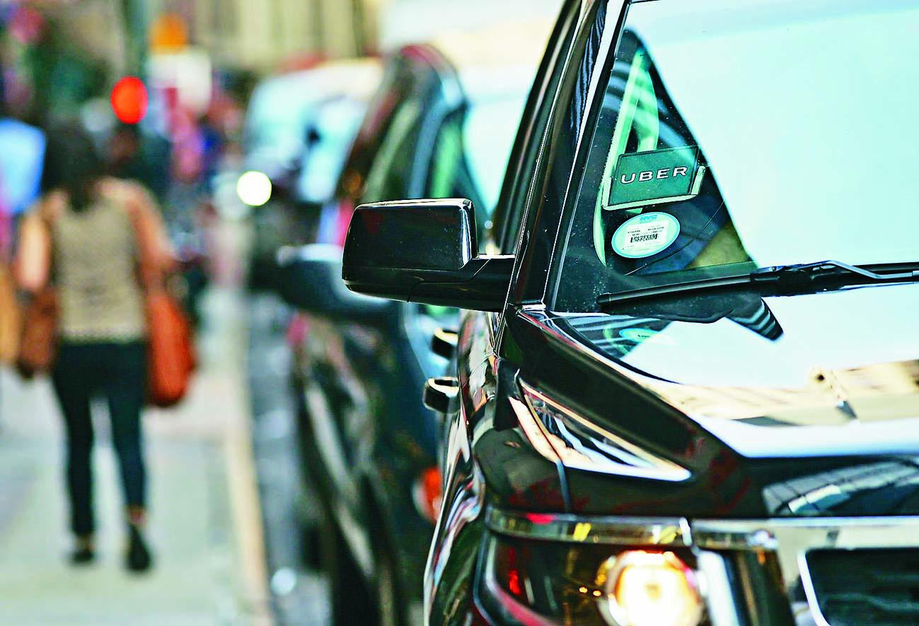 紐約曼克頓區一輛Uber私家車 在街頭等候客人。 資料圖片