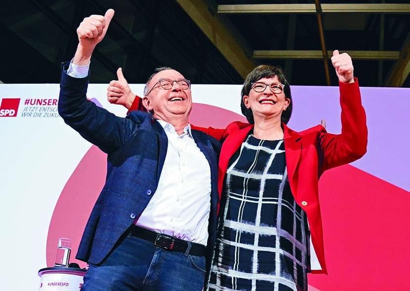 ■瓦爾特-博爾揚斯(左)與 競選拍檔艾斯肯,當選社 民黨領袖。 美聯社