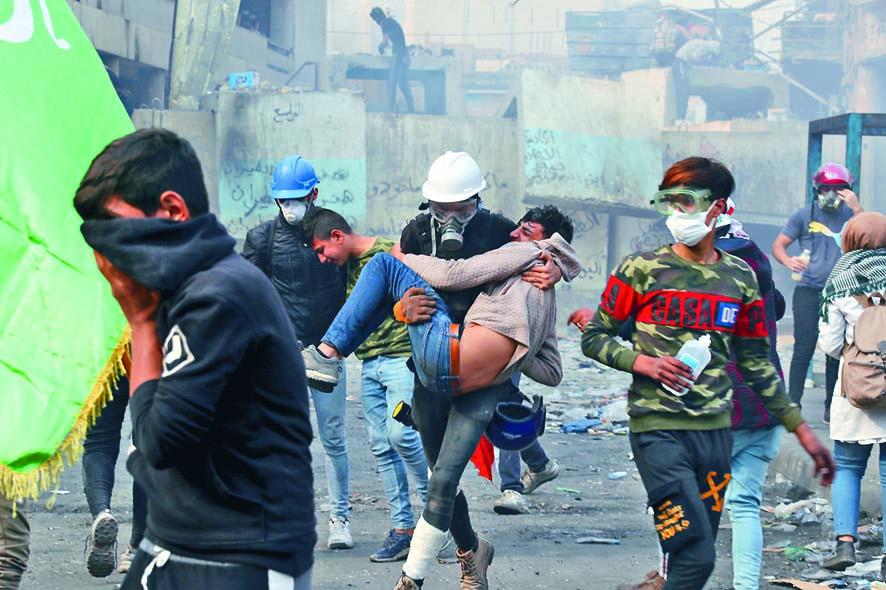■巴格達一名受傷示威者上周 一被送院。  美聯社