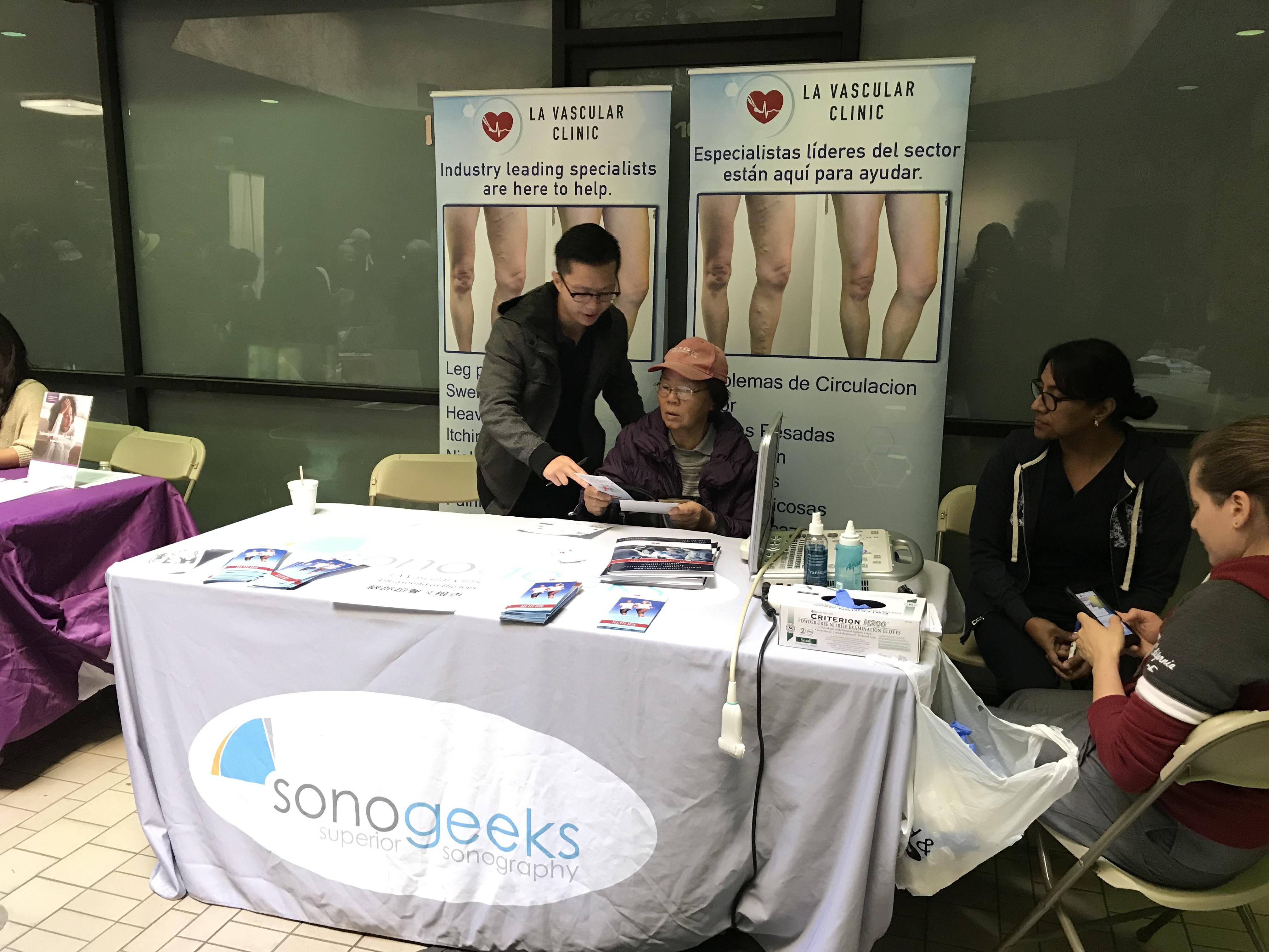 健康保健博覽會為民眾免費提供資訊、基本醫療檢查服務: 驗血、量血壓,更有各種社會服務諮詢。期間還有免費抽獎活動,獎品豐富包括感恩節火雞。主辦方提供