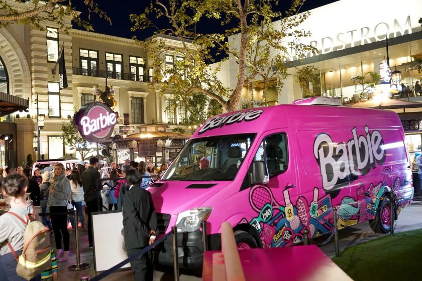 「芭比卡車復古遊」16日登錄爾灣光譜中心。洛杉磯時報