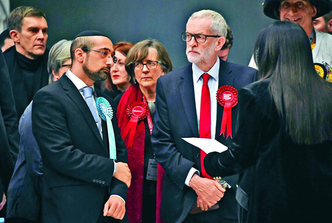 工黨黨魁郝爾彬(右)周五在倫敦等候選舉結果。 美聯社