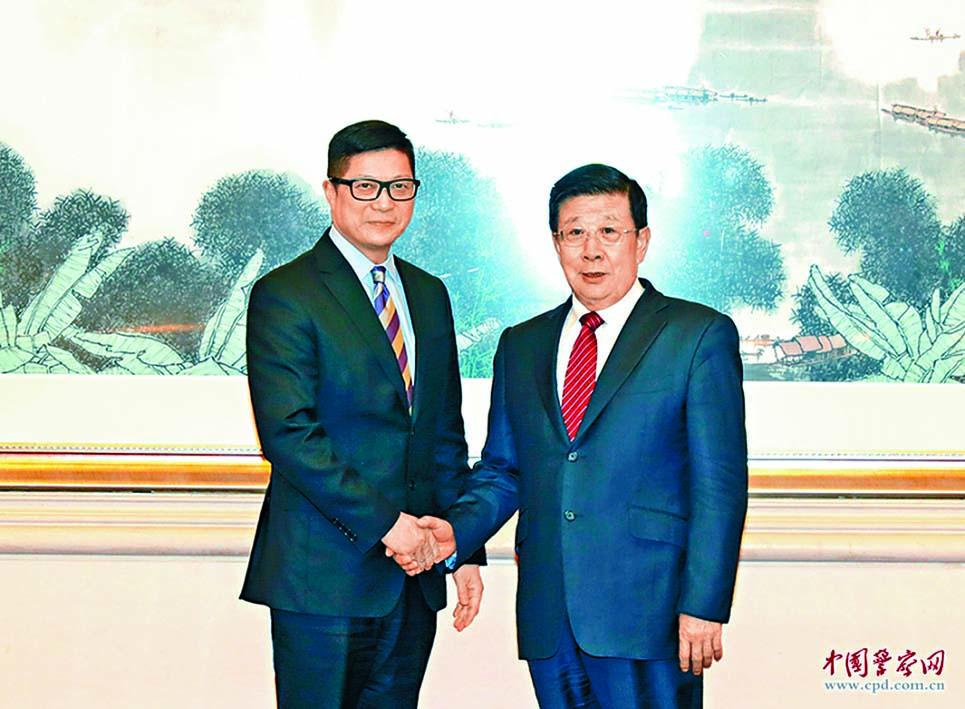 公安部部長趙克志(右)在北京會見警務處處長鄧炳強。
