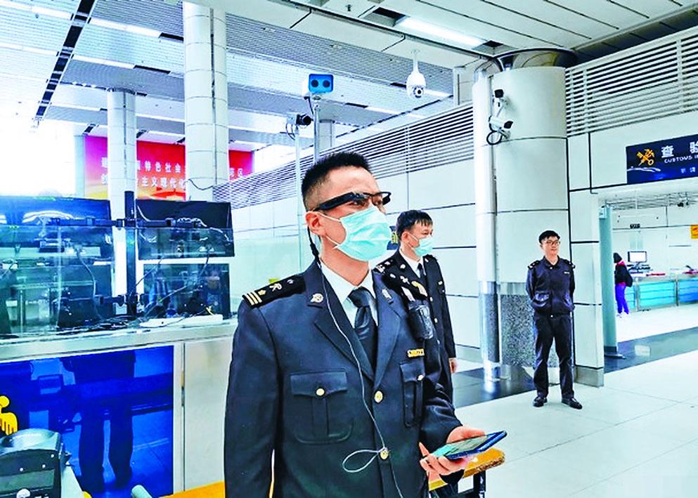 深圳海關在深圳灣口岸試用5G智能眼鏡。