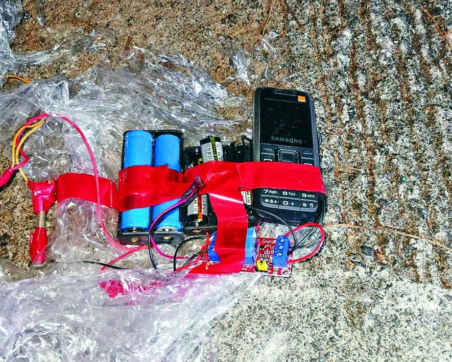 炸彈裝置連接電路板、電芯及手提電話,以搖控方式引爆。