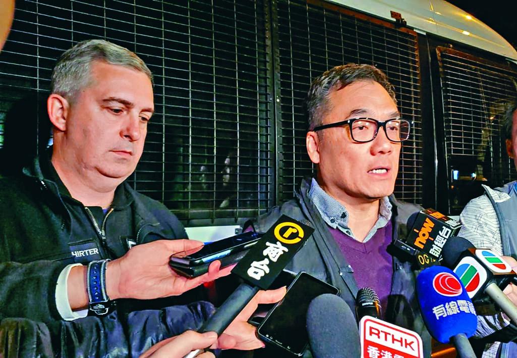 ■O記高級警司李桂華(右)講述案情。旁 為高級炸彈處理主任馬偉德。 徐裕民攝