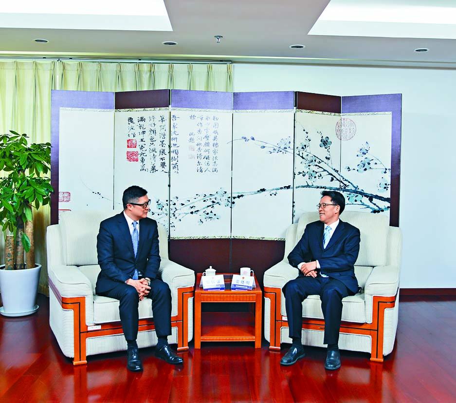 警務處處長鄧炳強(左)在北京禮節性拜訪國務院港澳事務辦公室主任張曉明。