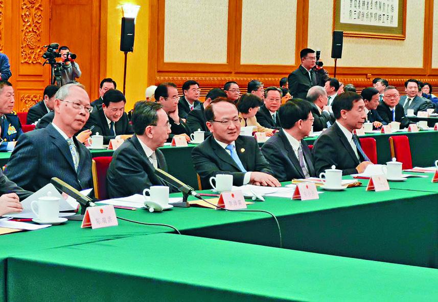 王志民(中)在北京出席澳門《基本法》實施二十周年座談會。