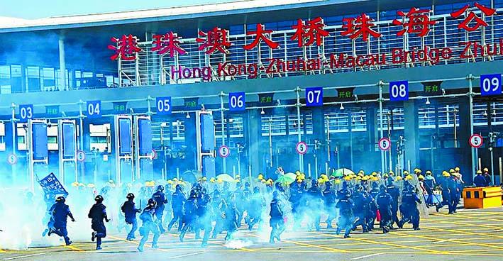 珠海公安上周五在港珠澳大橋珠海公路口岸舉行反恐演練,以強大武力制服「暴徒」。