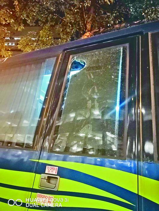 警用旅遊巴被人掟磚塊,穿破車窗擊傷防暴警頭部。