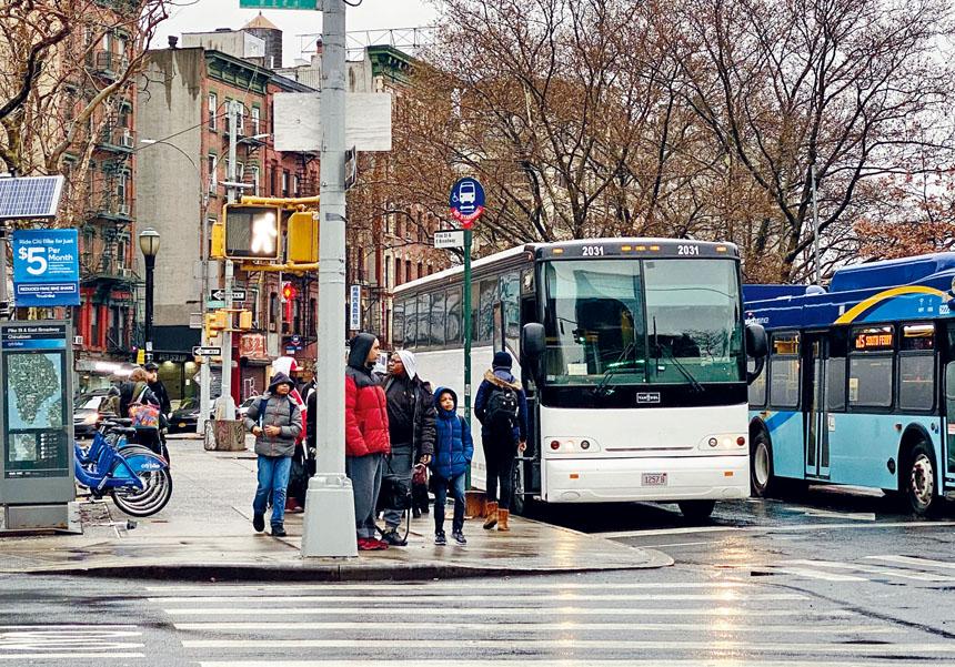 在華埠一長巴車站,旅客正等待搭乘返程的巴士。