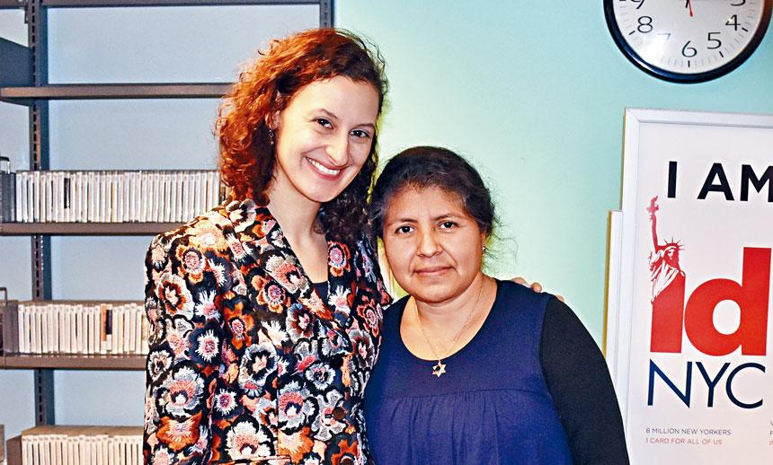 莫斯托夫(左)與首位市民卡持卡人桑澈斯(Esther Sanchez)合影。