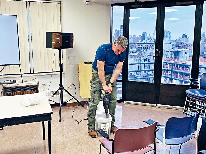 迪倫伯格在現場測試小型鑽孔設備噪聲指標。