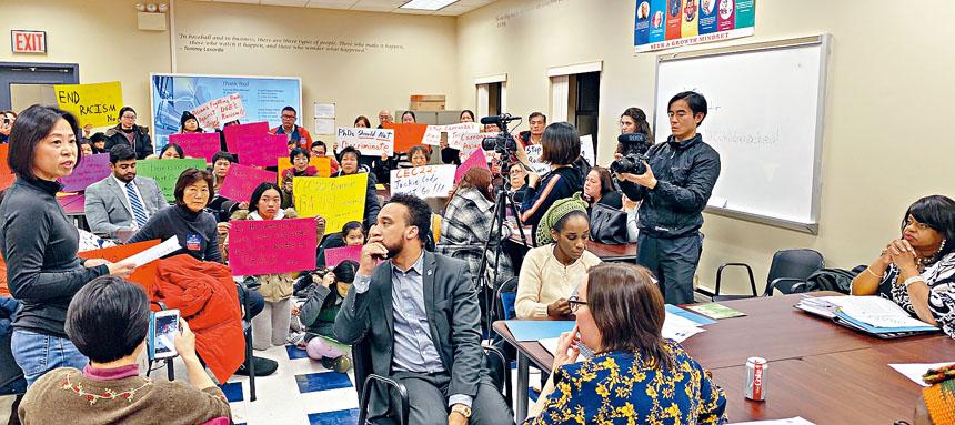 民眾反對科迪(右一)涉對亞裔歧視言論。 張之銘攝