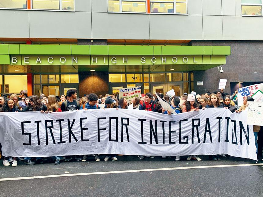 約有300名學生在校外示威。Eliza Shapiro/紐約時報