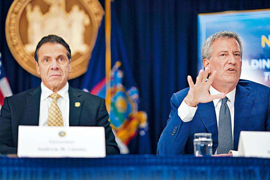 白思豪(左)促請柯謨(右)盡快簽署紐約市的「設計建造一條龍」授權法案。Chang W. Lee/紐約時報