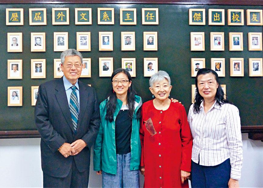 王華燕、韓拱辰之女、韓拱辰、李欣穎在台大外文系合影。主辦方提供