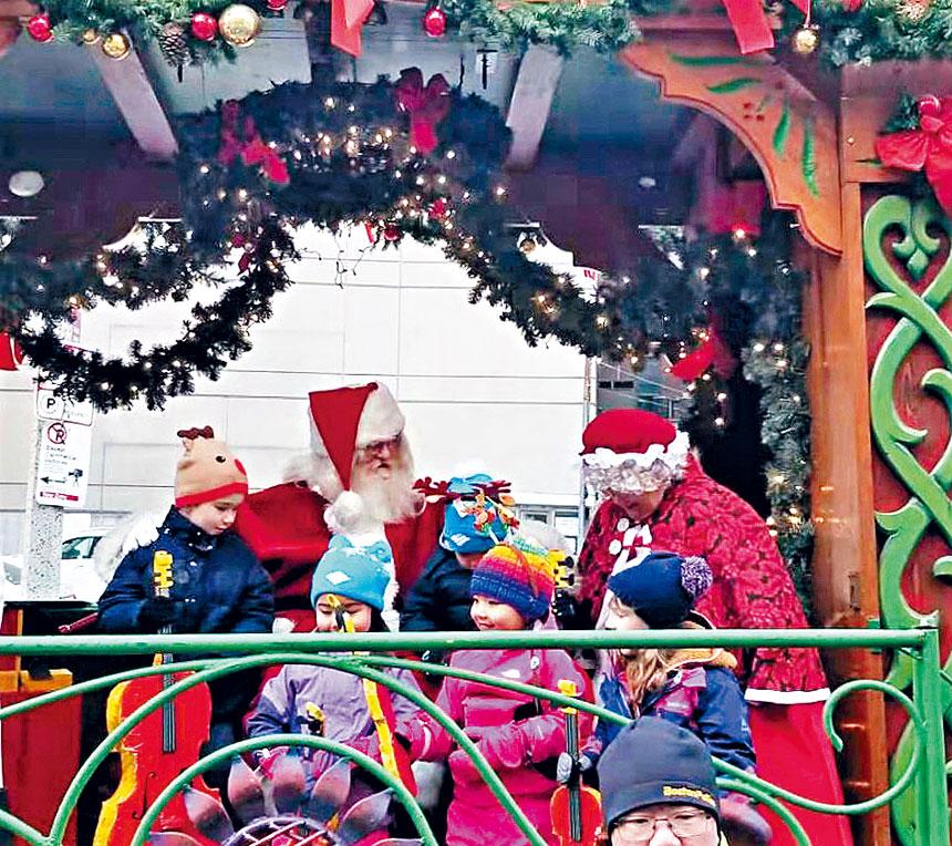 聖誕老人夫婦和孩子們合影。