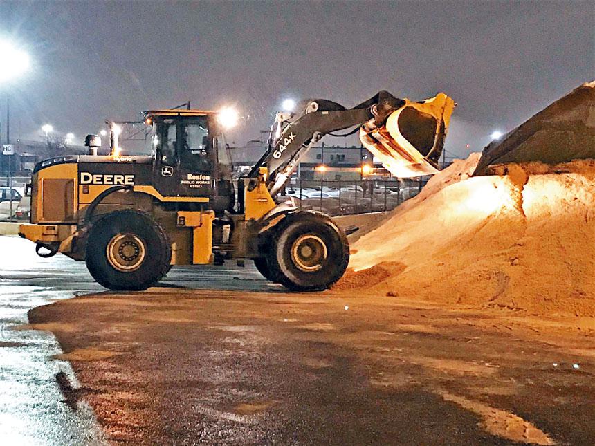波士頓市府工程車輛準備迎接風雪天氣。