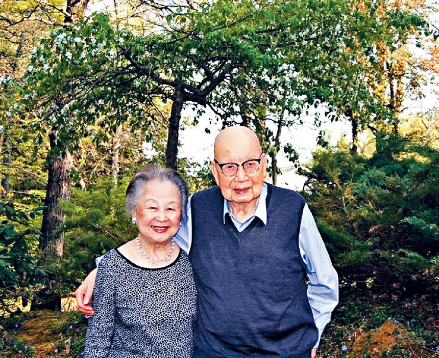 李詩穎、殷貽莊夫婦2016年在家中後院合影。李強攝