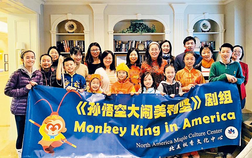 參加活動的劇組成員和家長們合影。