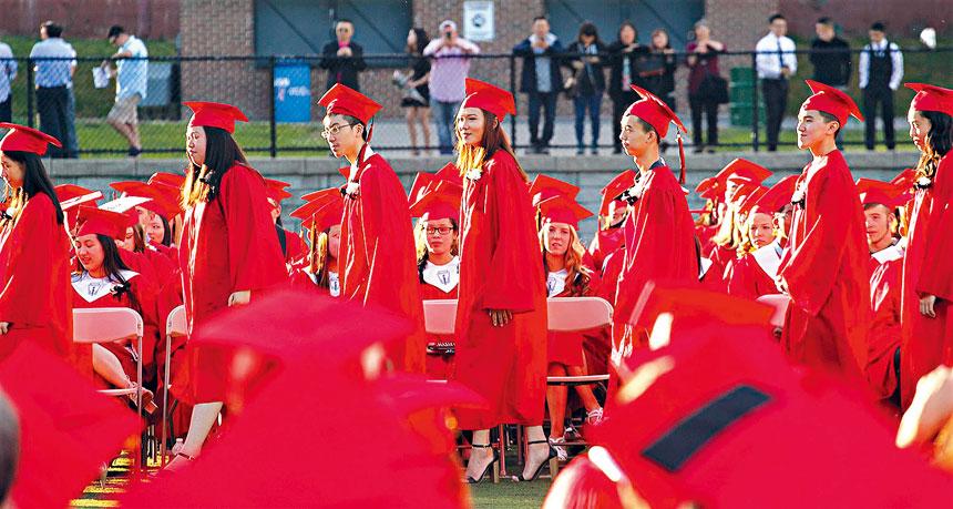 北昆士高中的畢業典禮中有很多亞裔面孔。