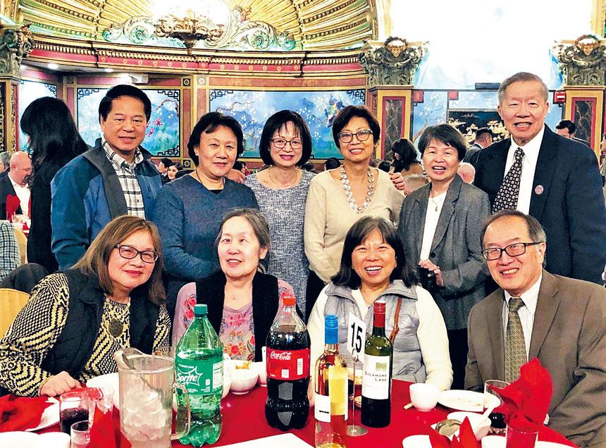 華埠僑領在晚宴現場合影。