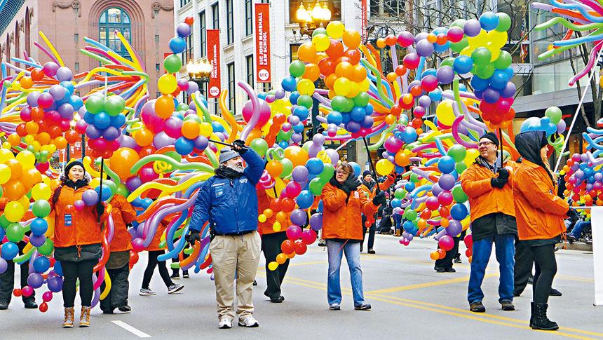 色彩艷麗的氣球遊行隊伍,充滿了過節喜樂的氛圍。梁敏育攝