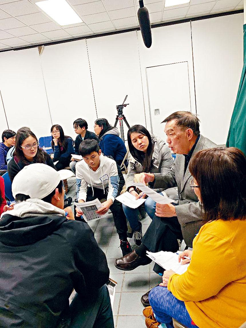 新移民的高中生,在小組討論中希望華埠社區高中設有雙語教育課程,同時加重有關數理方面的科目。梁敏育攝